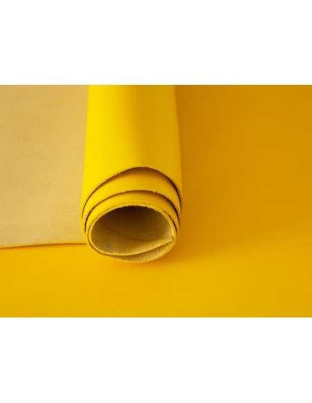 Napa lisa en color amarillo, piel vacuno suave y resistente.
