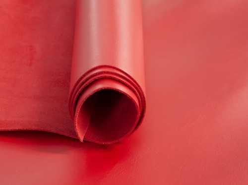 Napa lisa vacuno en tono Rojo, atrevido y llamativo color ideal para un bolso o una cartera de mano de mujer
