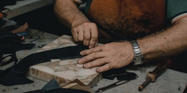 Leather handles: The trick for the perfect edge of your knives and penknives